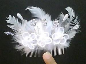 tocado de novia. hermoso detalle de plumas ideal para novias.